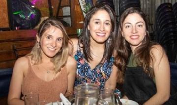 Carola y sus amigas de peña en San Miguel de Tucumán.
