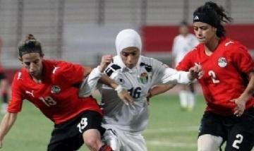 Jugadora musulmana ayudada por las rivales tras perder la Hiyab