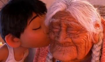 """Niño mexicano emula a la película """"Coco"""" y canta """"Recuérdame"""" a su bisabuela de 99 años"""