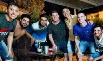Lautaro y sus amigos de peña en Nelson, Santa Fe.