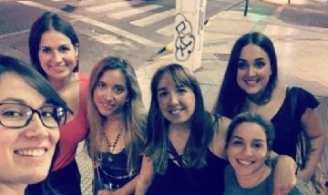 Mica y sus amigas de peña en Villa Devoto, Buenos Aires.