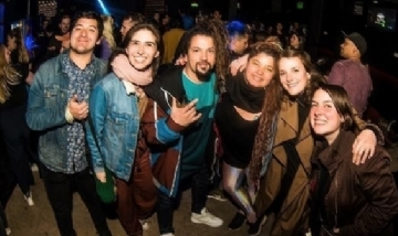 Kevin y su banda en la noche de Rosario, Santa Fe.