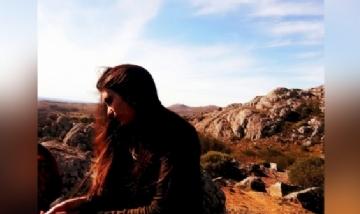 Juli disfrutando del paisaje en Tandil, Buenos Aires.