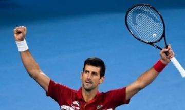 Filmaron a Djokovic jugando al tenis con unos niños en la calles de Serbia