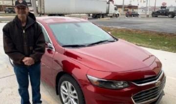 Viral: es repartidor de pizza hace 31 años y de propina le regalaron un auto 0km