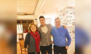 Roberto festejando su cumple con familia en Murcia, España.