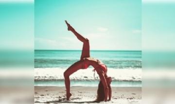 Juana haciendo sus acrobacias en las playas de Uruguay.