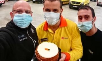 Emilio festejando su cumpleaños mientras trabaja en Barcelona, España.