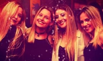 Luana y sus amigas recorriendo la noche de La Plata, Buenos Aires.