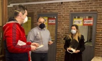 Docentes de San Isidro fabricaron máscaras protectoras para donar al personal de salud