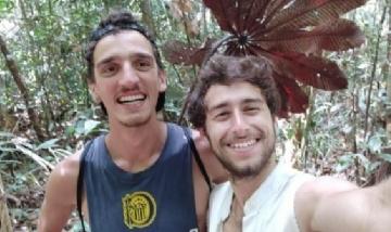Ignacio y su amigo en Presidente Figueredo, Brasil.