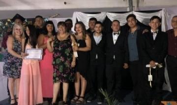 Brahian y sus compañeros graduados de Florencio Varela, Buenos Aires.