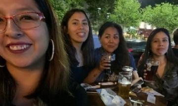 Fiorella y sus amigas de peña en La Plata, Buenos Aires.